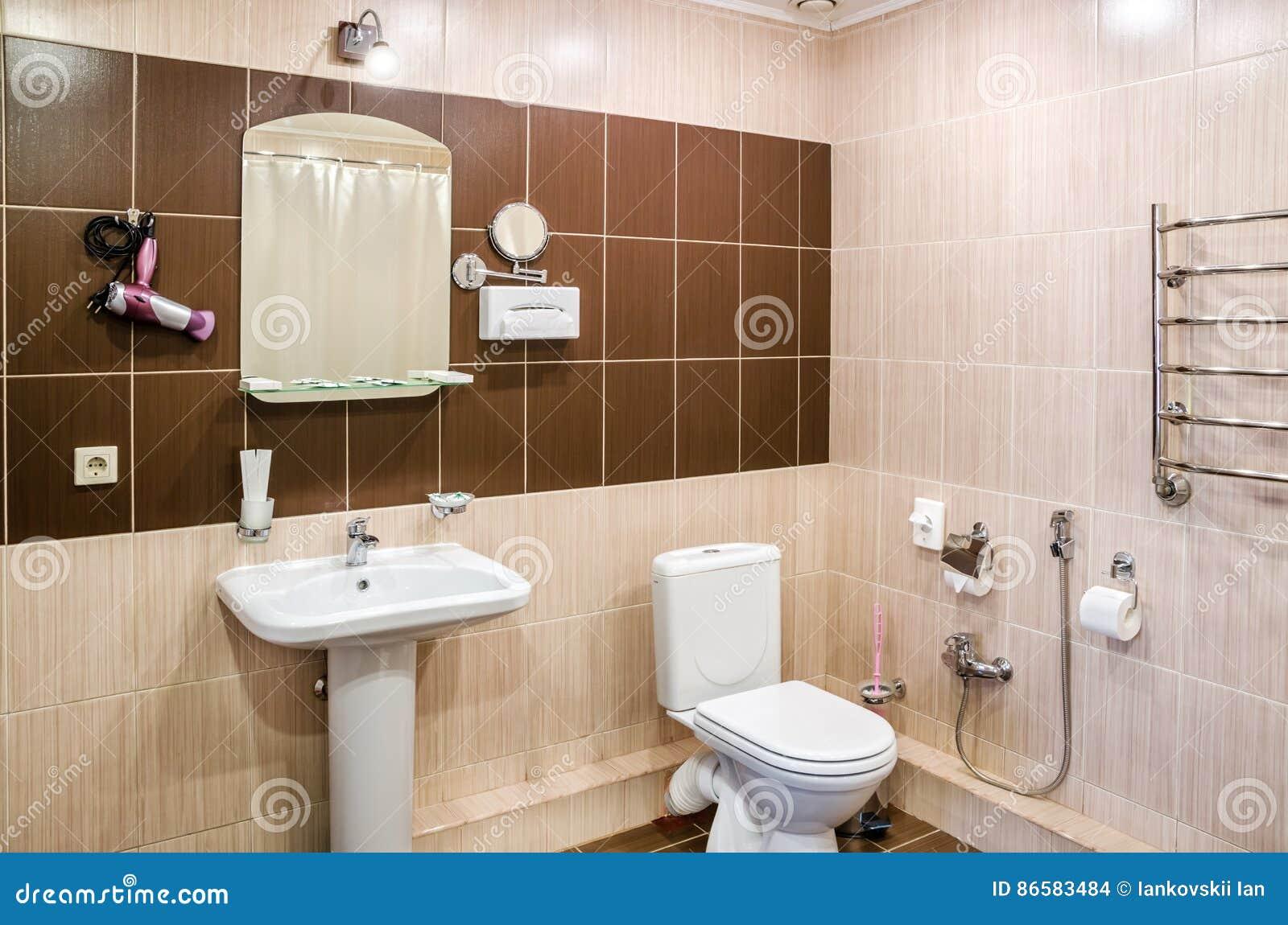 Badkamers in warme kleuren met een toilet een badkuip een