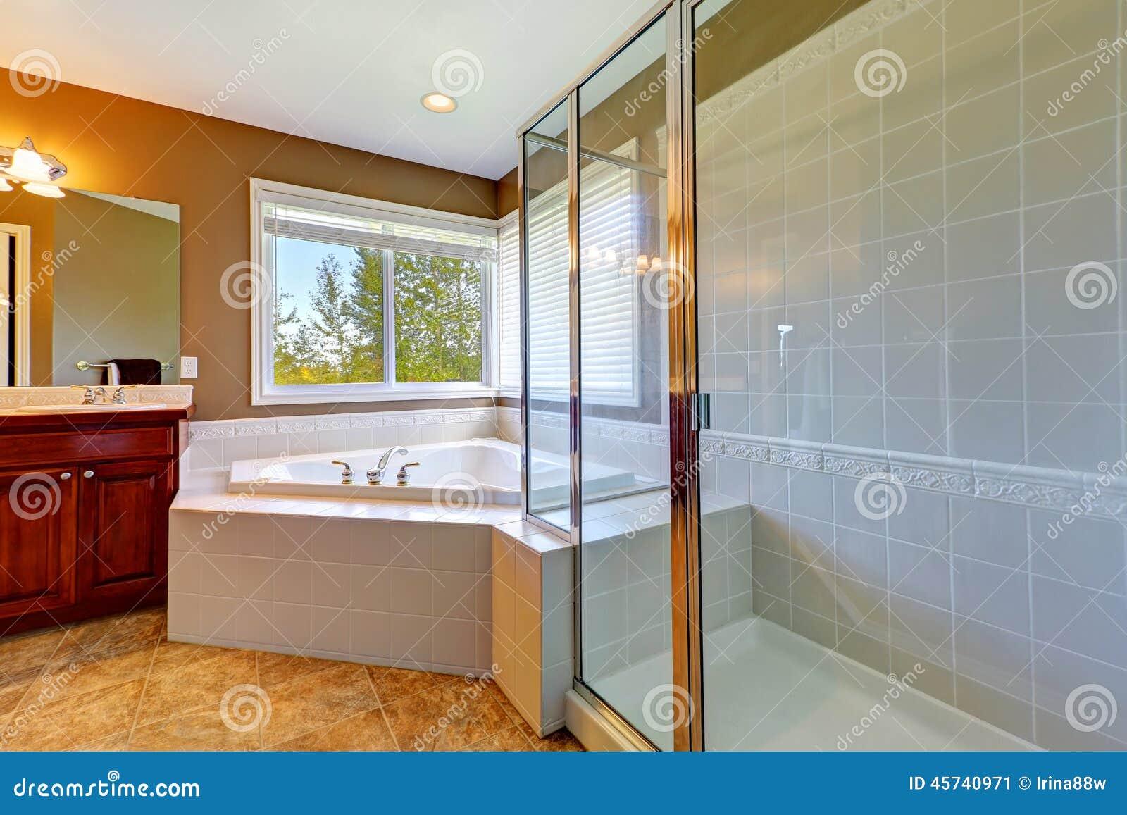 Badkamersbinnenland met de ton van het hoekbad en for Bain douche en coin