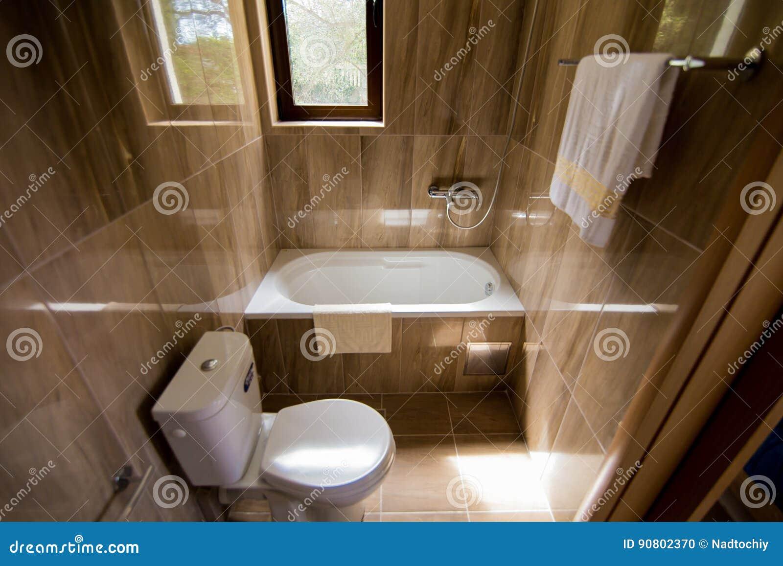 Nieuwe keramische toiletpot buurt van kleur muur met ruimte voor