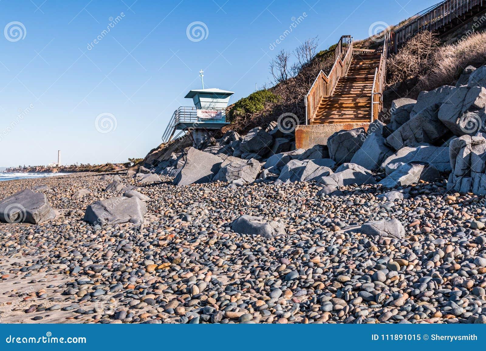 Badmeester tower met trap voor strandtoegang bij het strand van de