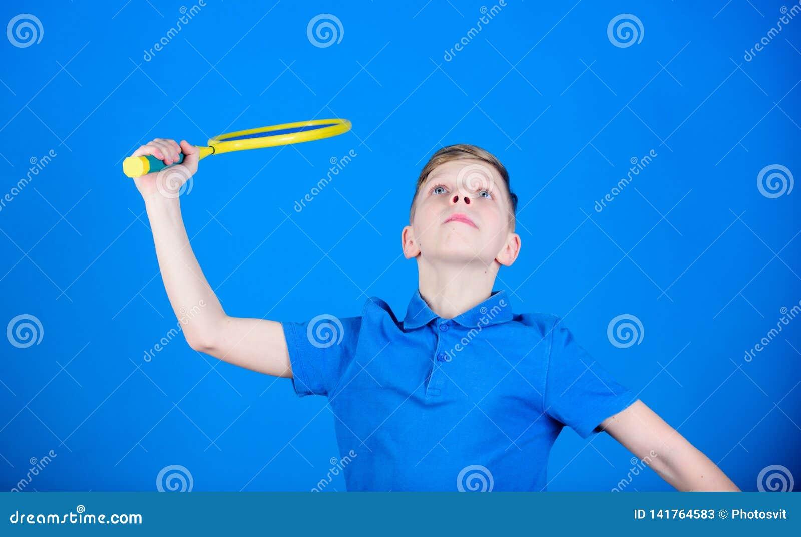 Badminton Jogador de ténis com raquete Atividade do badminton Exercício do badminton do menino adolescente Sucesso do jogo do esp