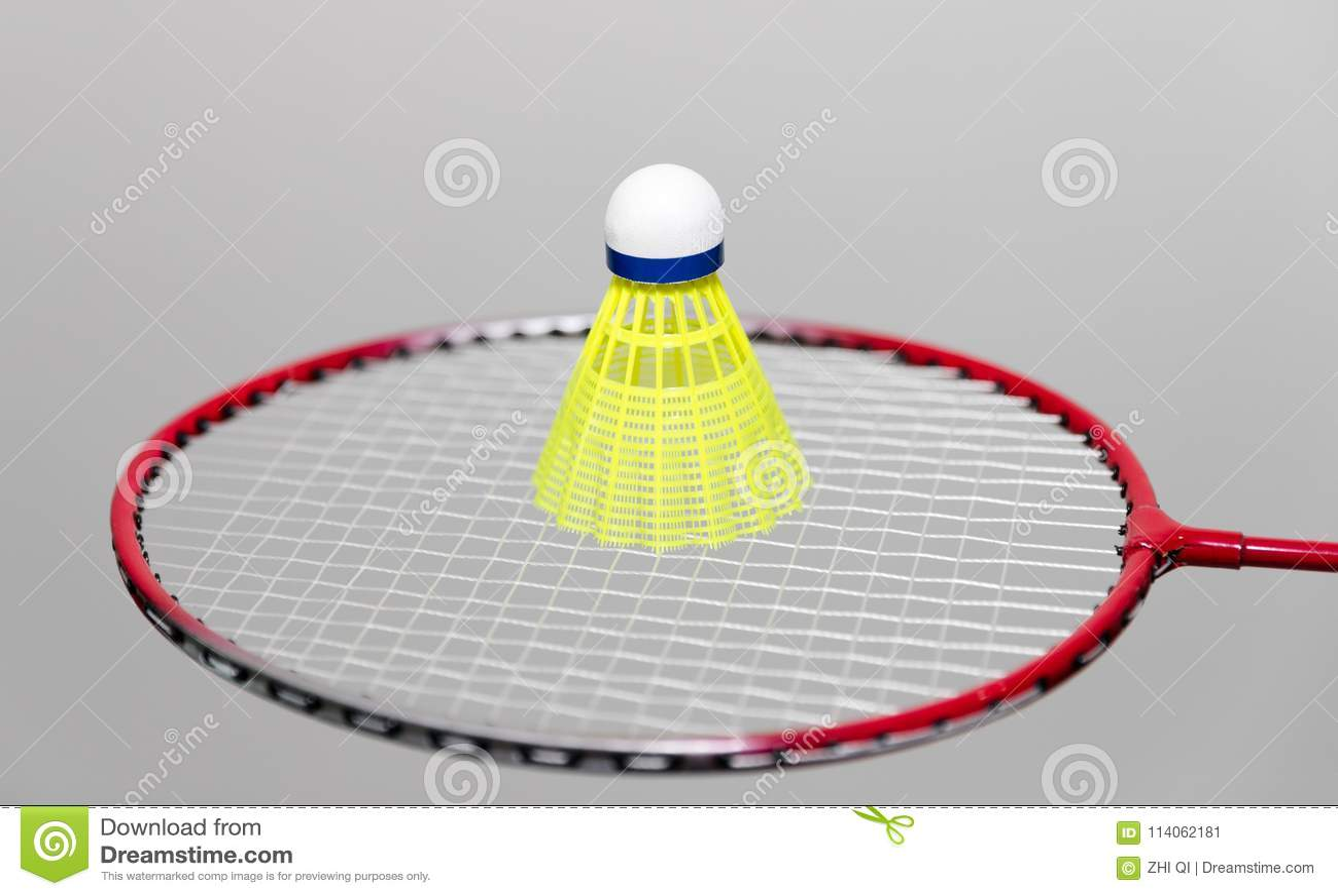 Badmintonracket och fjäderbollar på vit