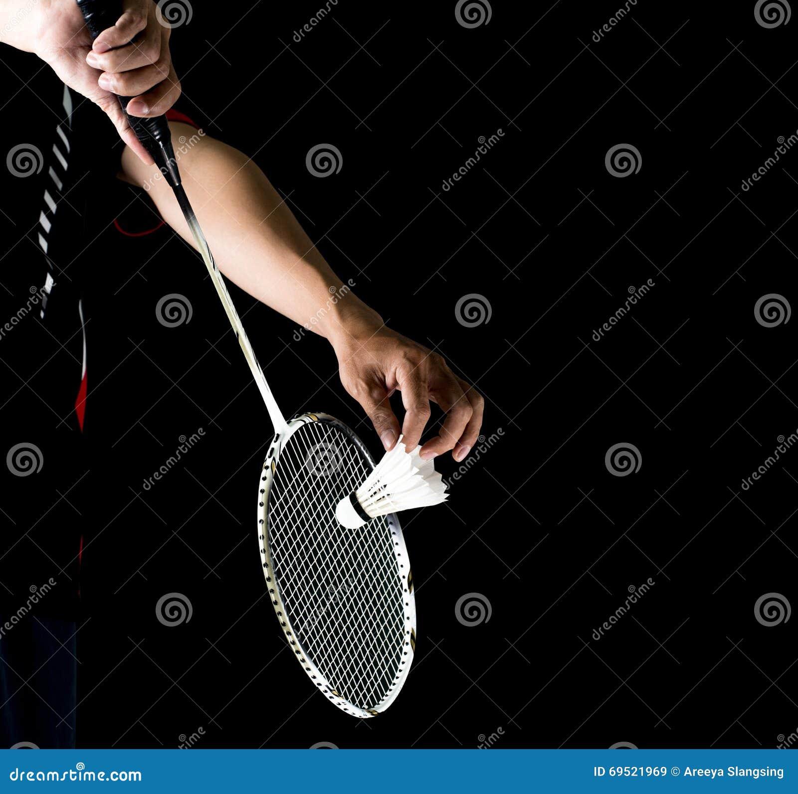Badmintonspieler, der Schläger und Federball hält