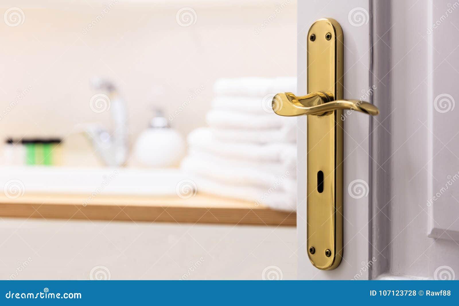 Badrum från öppen dörr Gör suddig vita handdukar, tvål bredvid vasken Slut upp, suddighetsbakgrund, detaljer