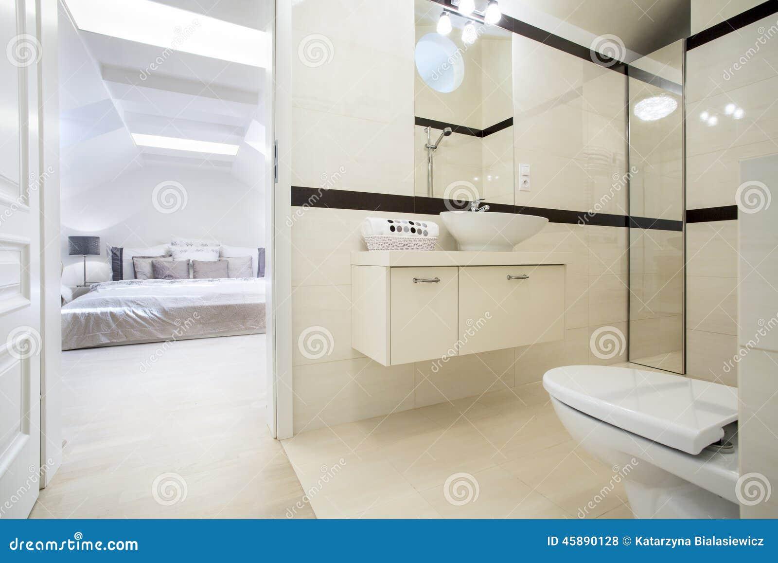 Guld  vask i dyrt badrum arkivfoto   bild: 47879573