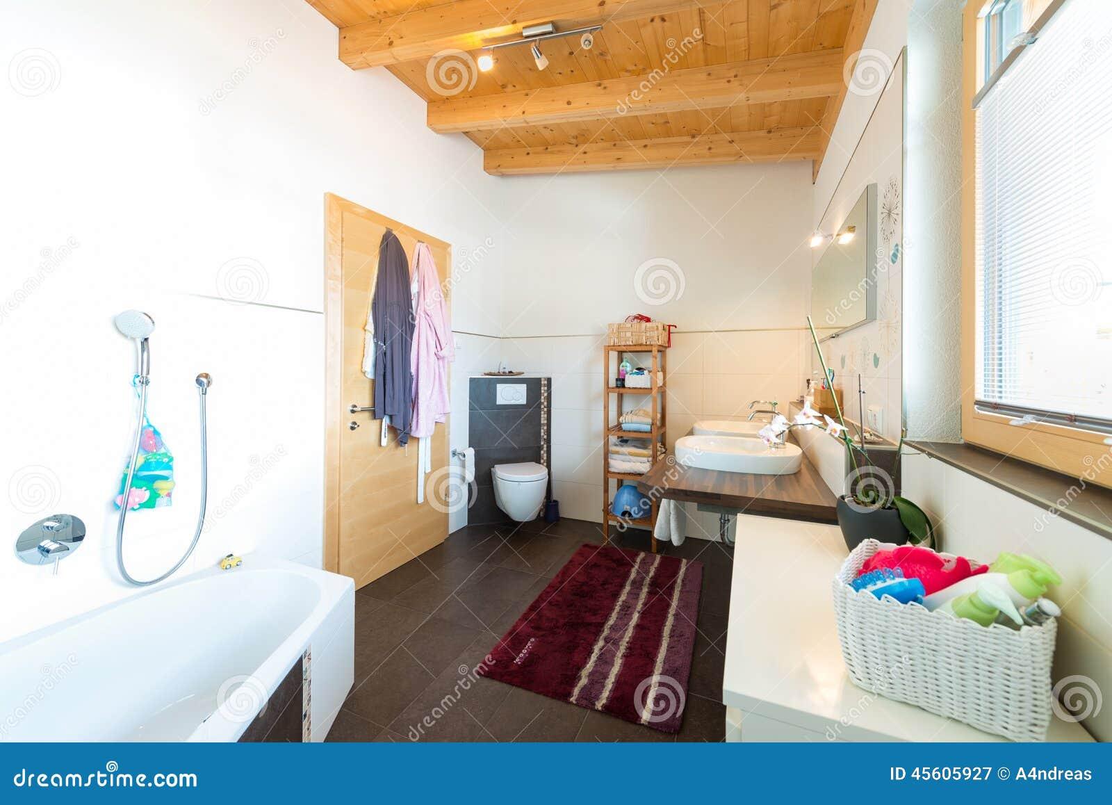 Badrum med badkarhandfattoaletten arkivfoto   bild: 45605927
