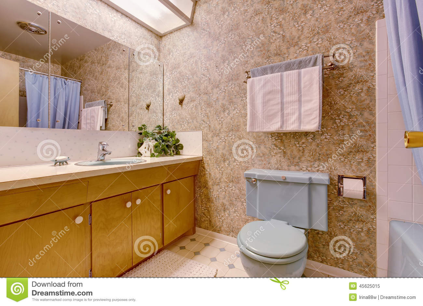 Badrum med ljus   brun tapet arkivfoto   bild: 45625015