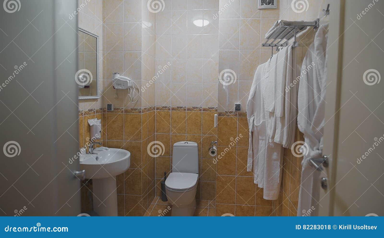Badrum Med Vasken, Toalett, Spegel Och Vithanddukar Och Badrockar ... : hängare badrum : Badrum