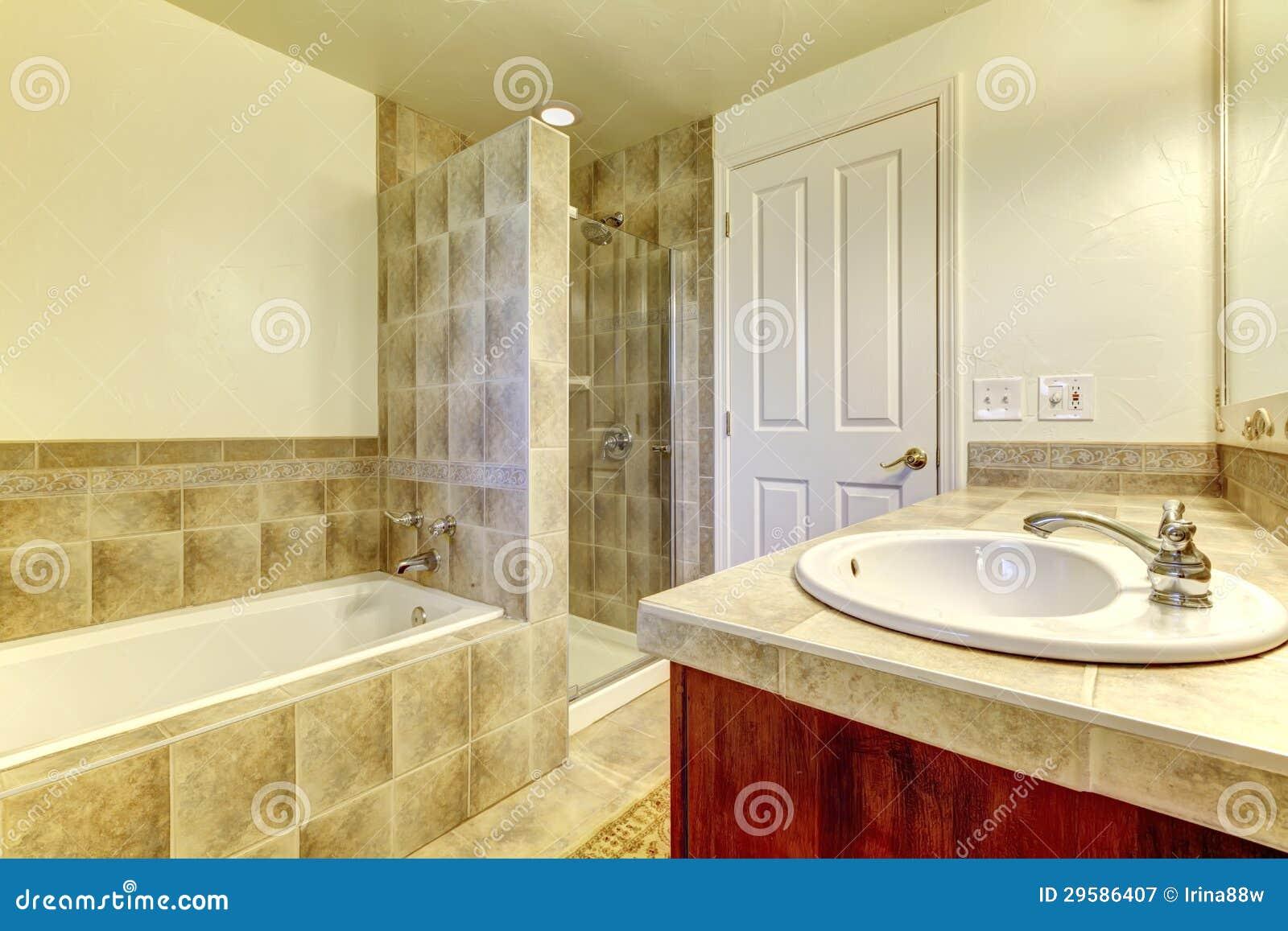 Badrummen med badar, den små duschen och wood skåp. royaltyfri ...