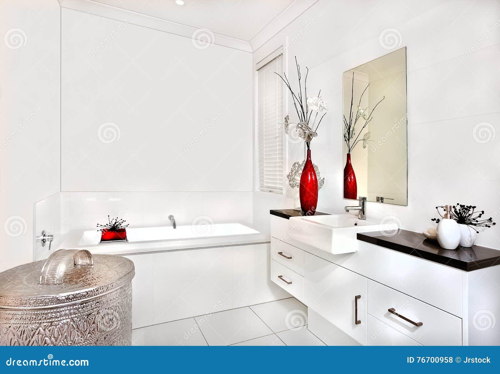 Badrummet med ett bad badar och inre av det moderna huset eller hotellet