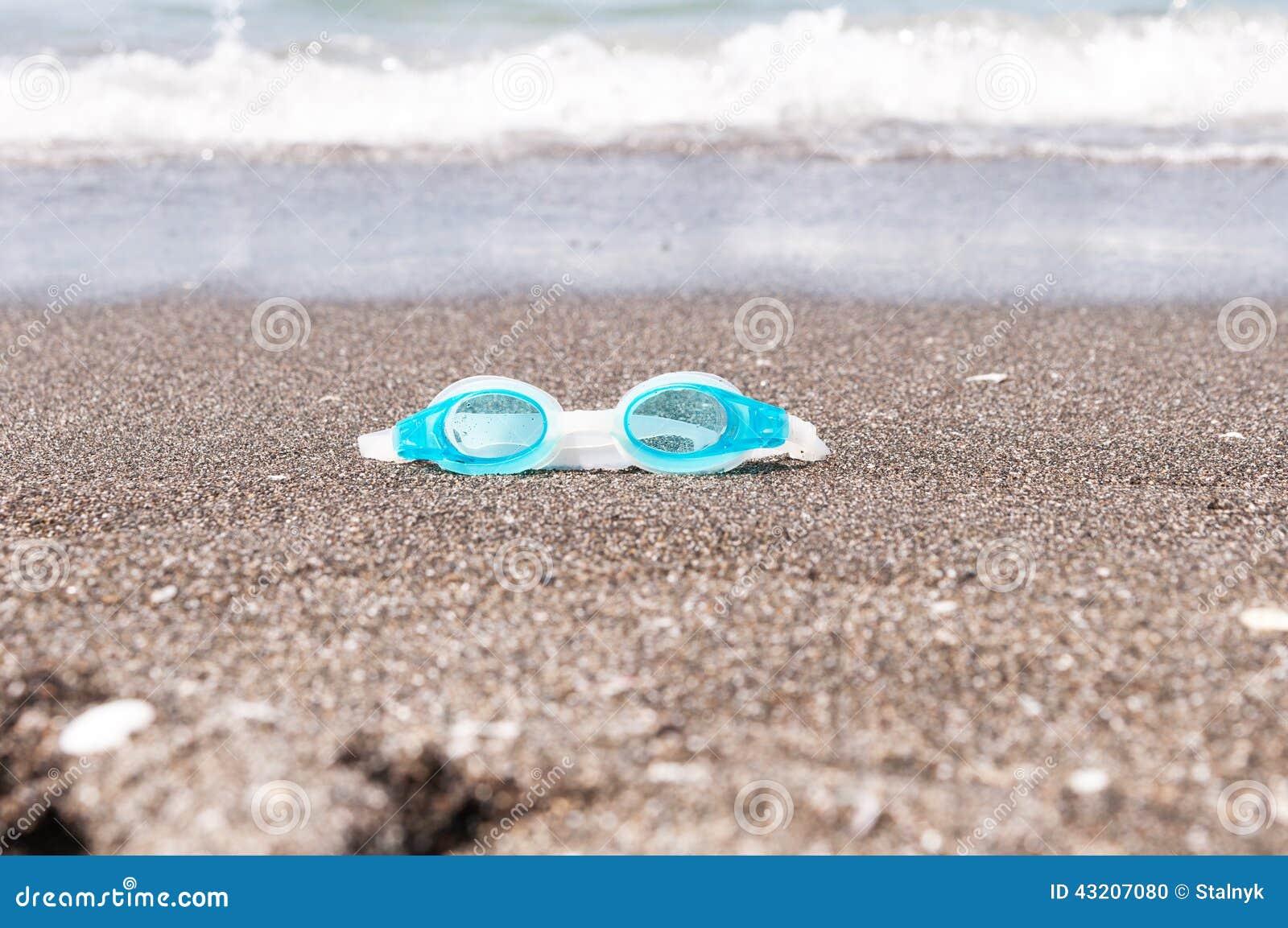 Download Badskyddsglasögon På Sanden Arkivfoto - Bild av dykning, objekt: 43207080