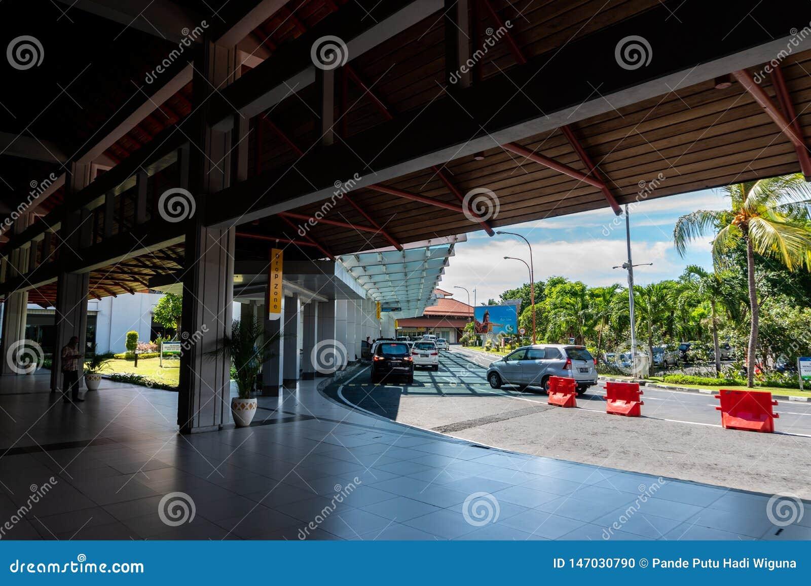BADUNG/BALI- 28 ΜΑΡΤΊΟΥ 2019: Μια θέση για να ρίξει τους εσωτερικούς επιβάτες στο διεθνή αερολιμένα Ngurah Rai