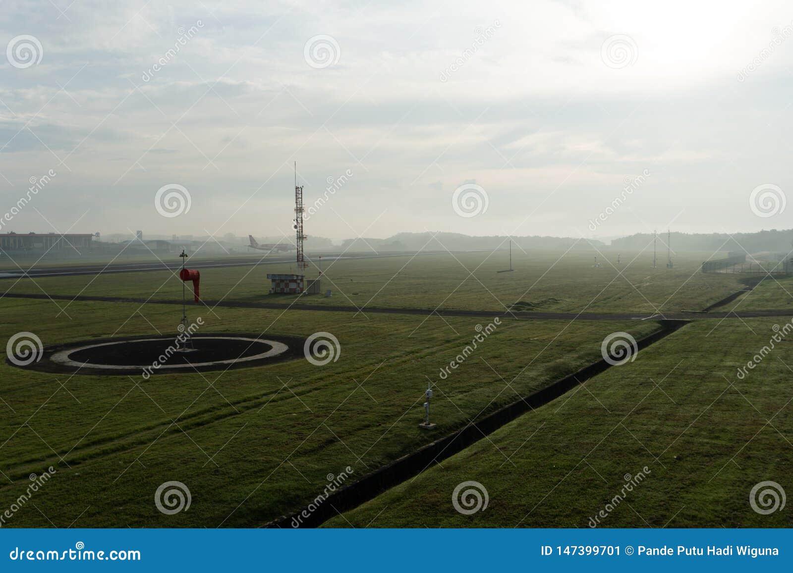 BADUNG/BALI- 14 DE ABRIL DE 2019: Un paisaje del jard?n meteorol?gico en el aeropuerto Bali de Ngurah Rai por la ma?ana en que el