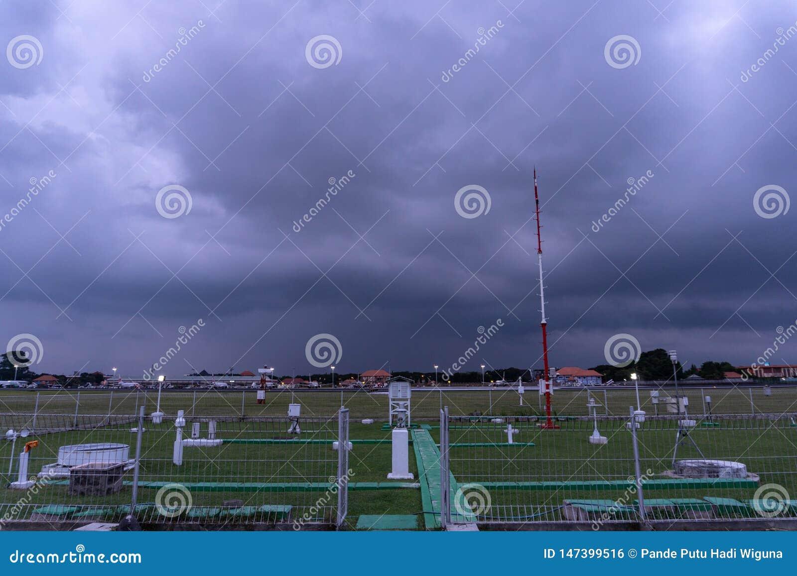 BADUNG/BALI- 7 DICEMBRE 2017: Giardino meteorologico all aeroporto Bali di Ngurah Rai quando il cielo in pieno del cumulonembo sc