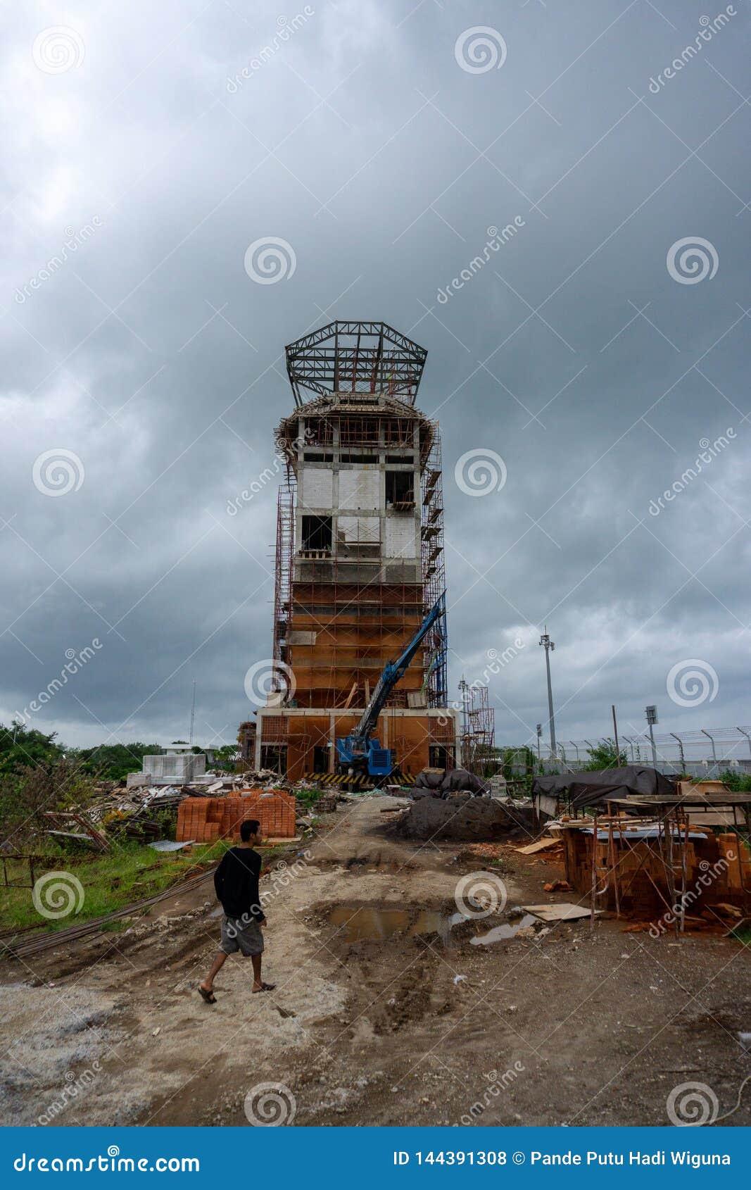 BADUNG, BALI/INDONESIA- 15 DE JANEIRO DE 2017: A torre de controlador aéreo inacabado no aeroporto Bali de Ngurah Rai