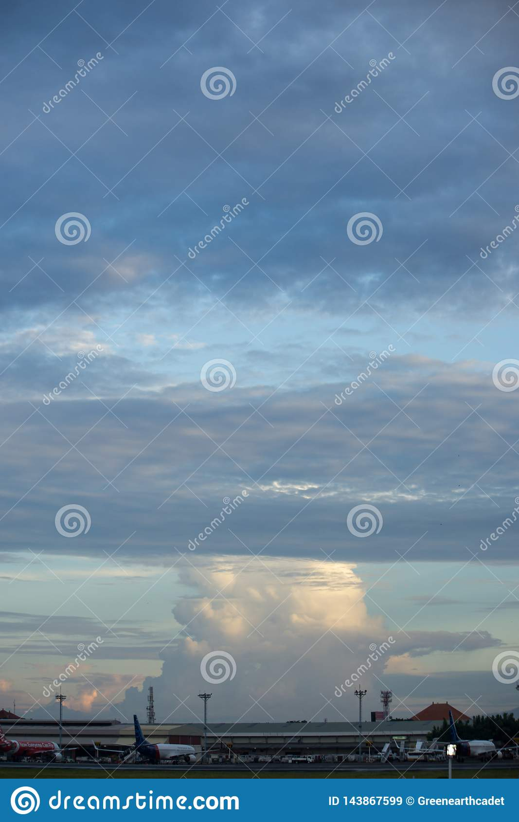 BADUNG, BALI/INDONESIA- 16 DE MARÇO DE 2017: Nuvem da variedade no céu