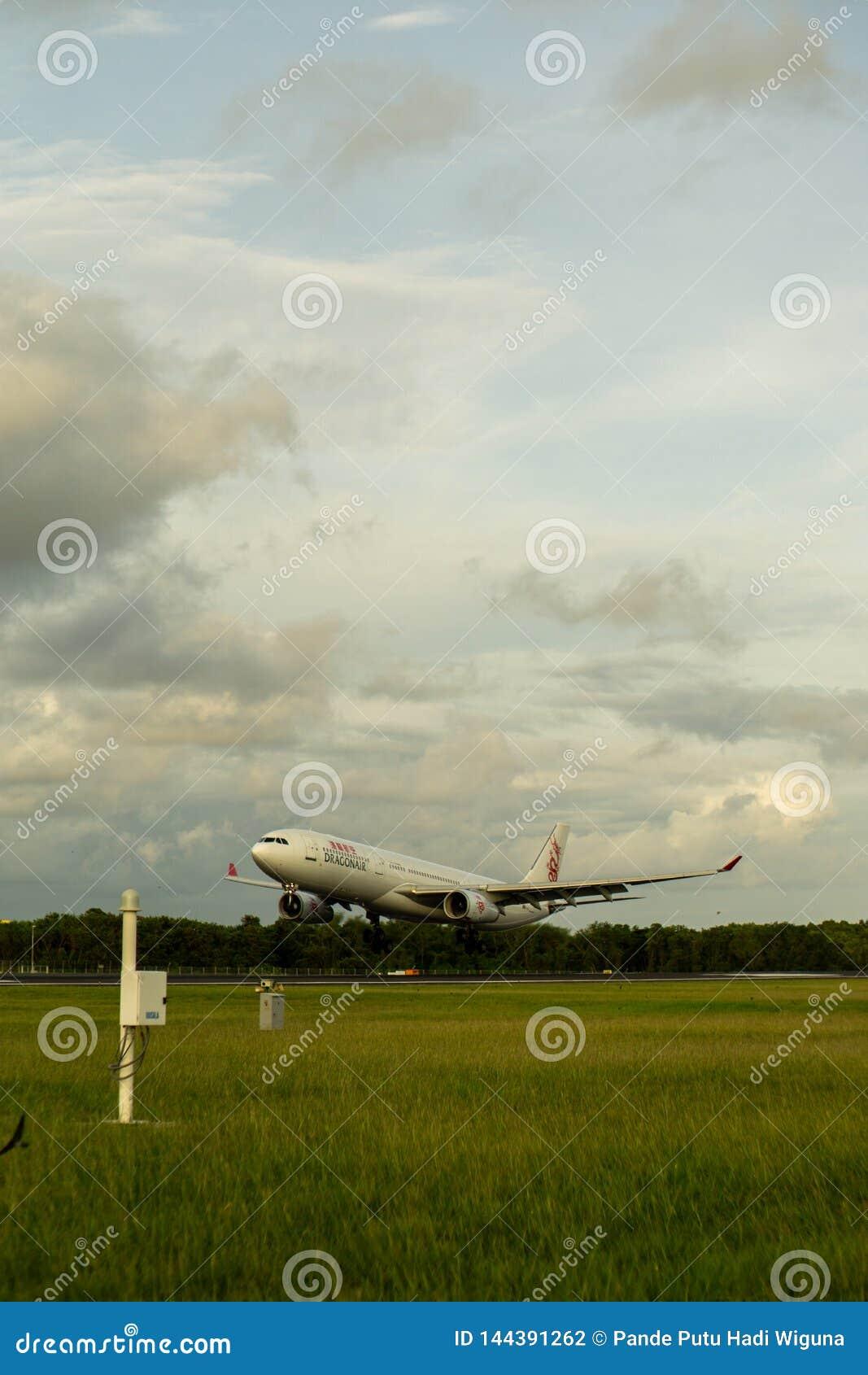 BADUNG, BALI/INDONESIA- 1ER JANVIER 2017 : Atterrissage plat à l aéroport Bali de Ngurah Rai quand le ciel est nuageux et gris