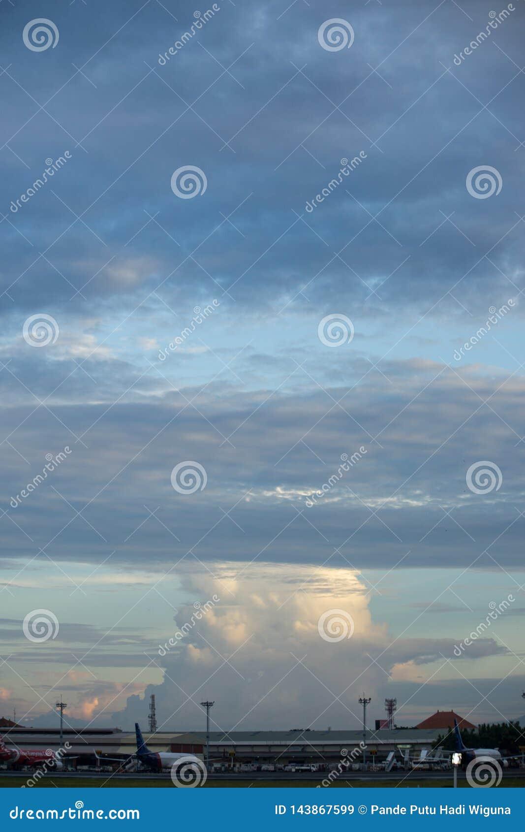 BADUNG, BALI/INDONESIA-MARCH 16 2017: Rozmaitości chmura w niebie