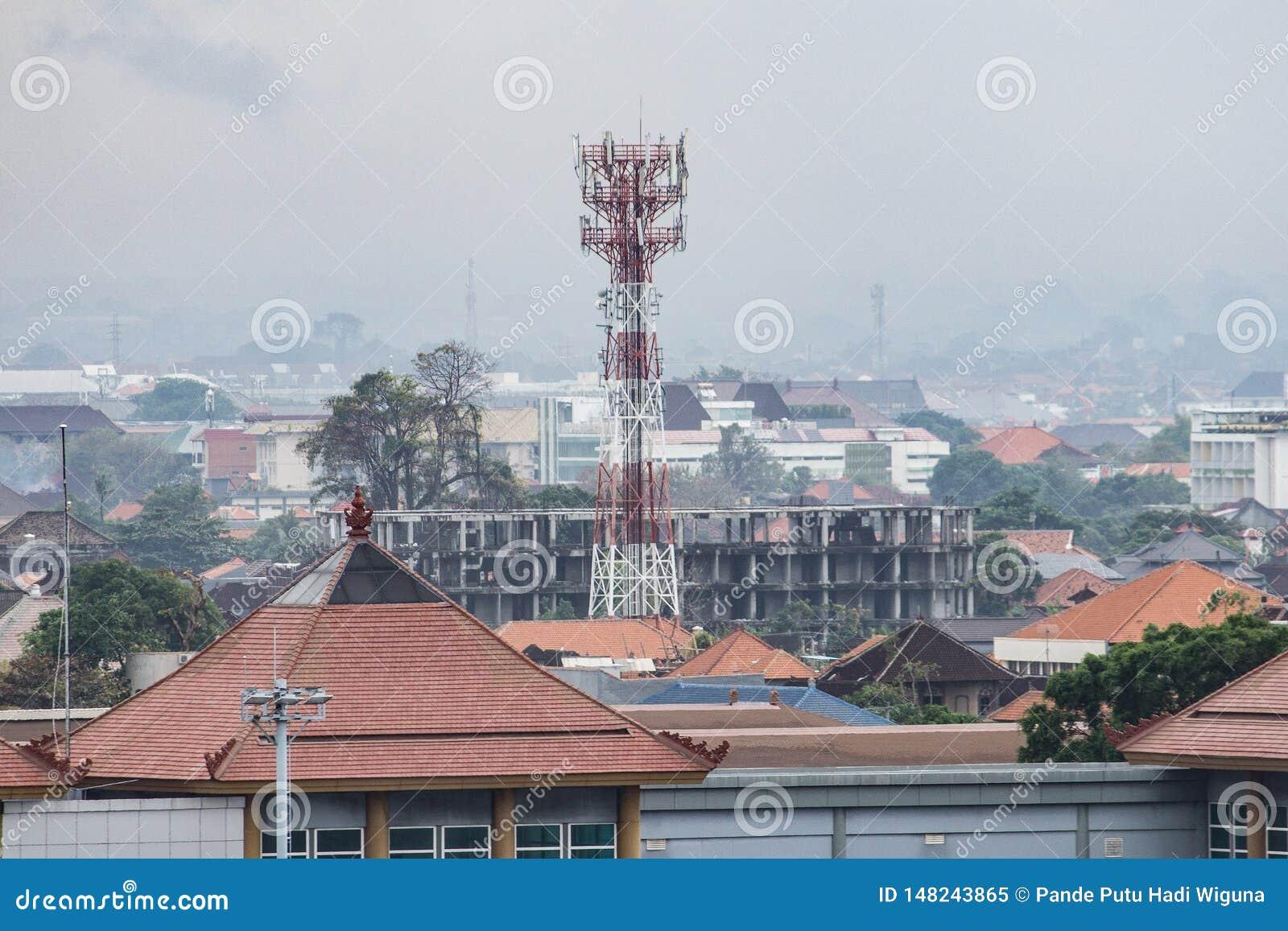 BADUNG, BALI/INDONESIA : Une tour de télécommunication située dans Bali, regarde plus haut que les bâtiments environnants