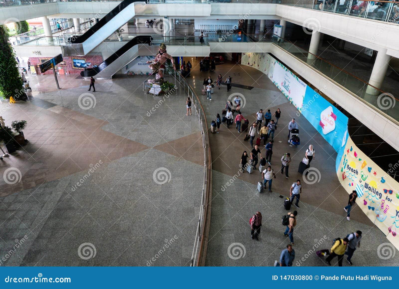 BADUNG/BALI- 28 MARS 2019 : l atmosphère de la hâte et de l architecture du bâtiment dans la zone d arrivée du ‹d †de ‹d â€