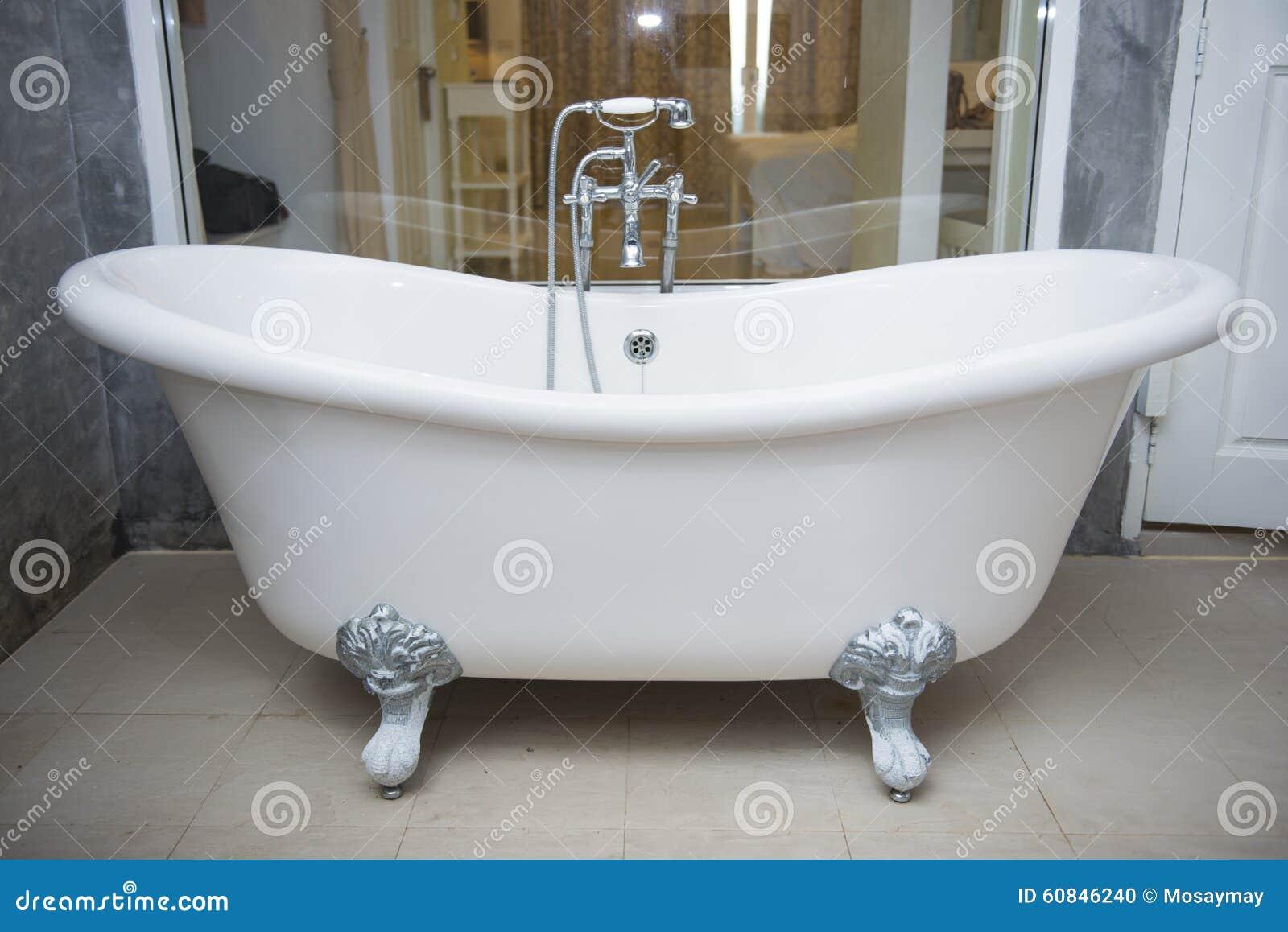 Ba era del vintage con el grifo y ducha en cuarto de ba o - Cuarto de bano con banera y ducha ...