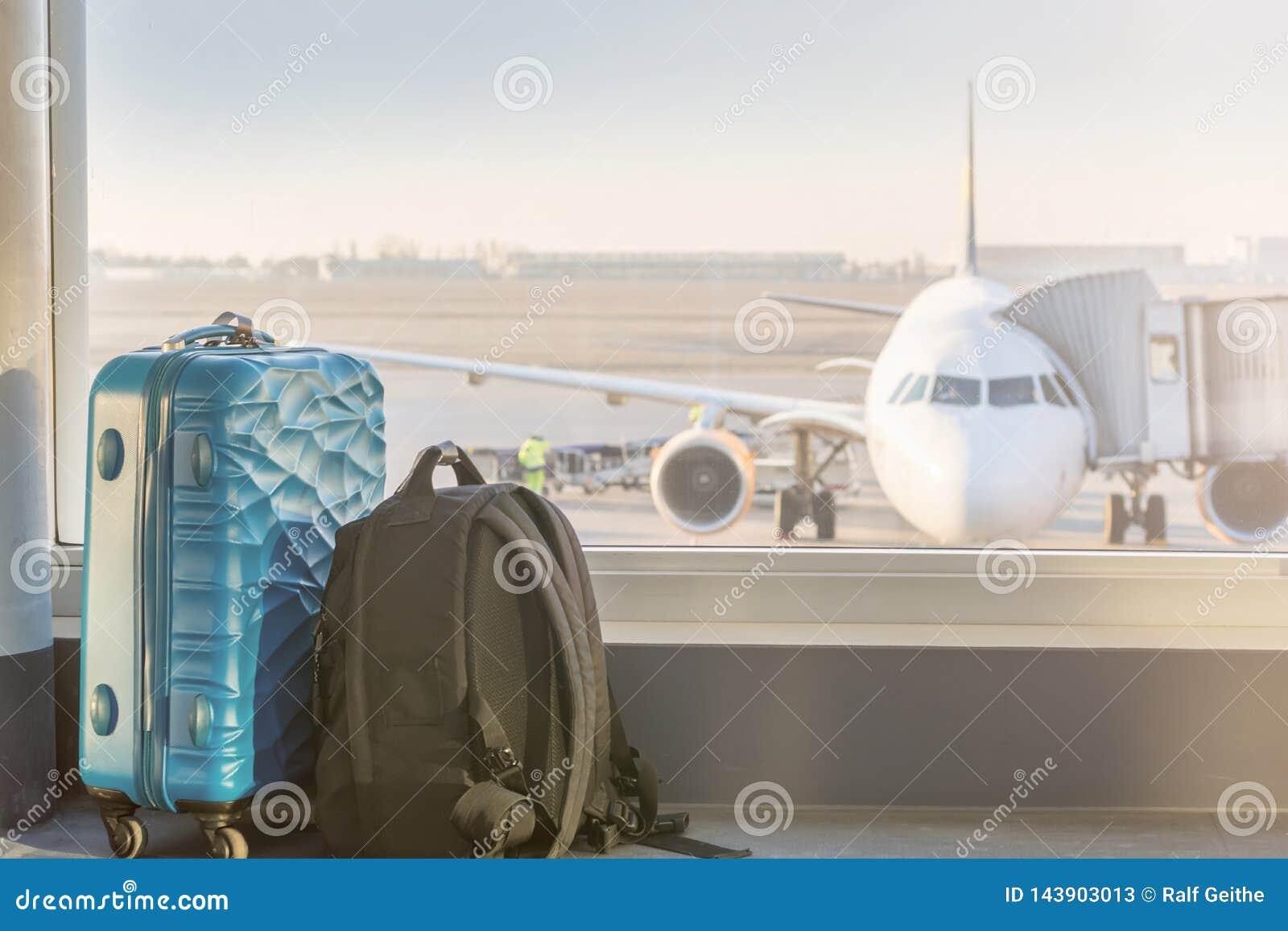 Baga? przed samolotem przy lotniskiem