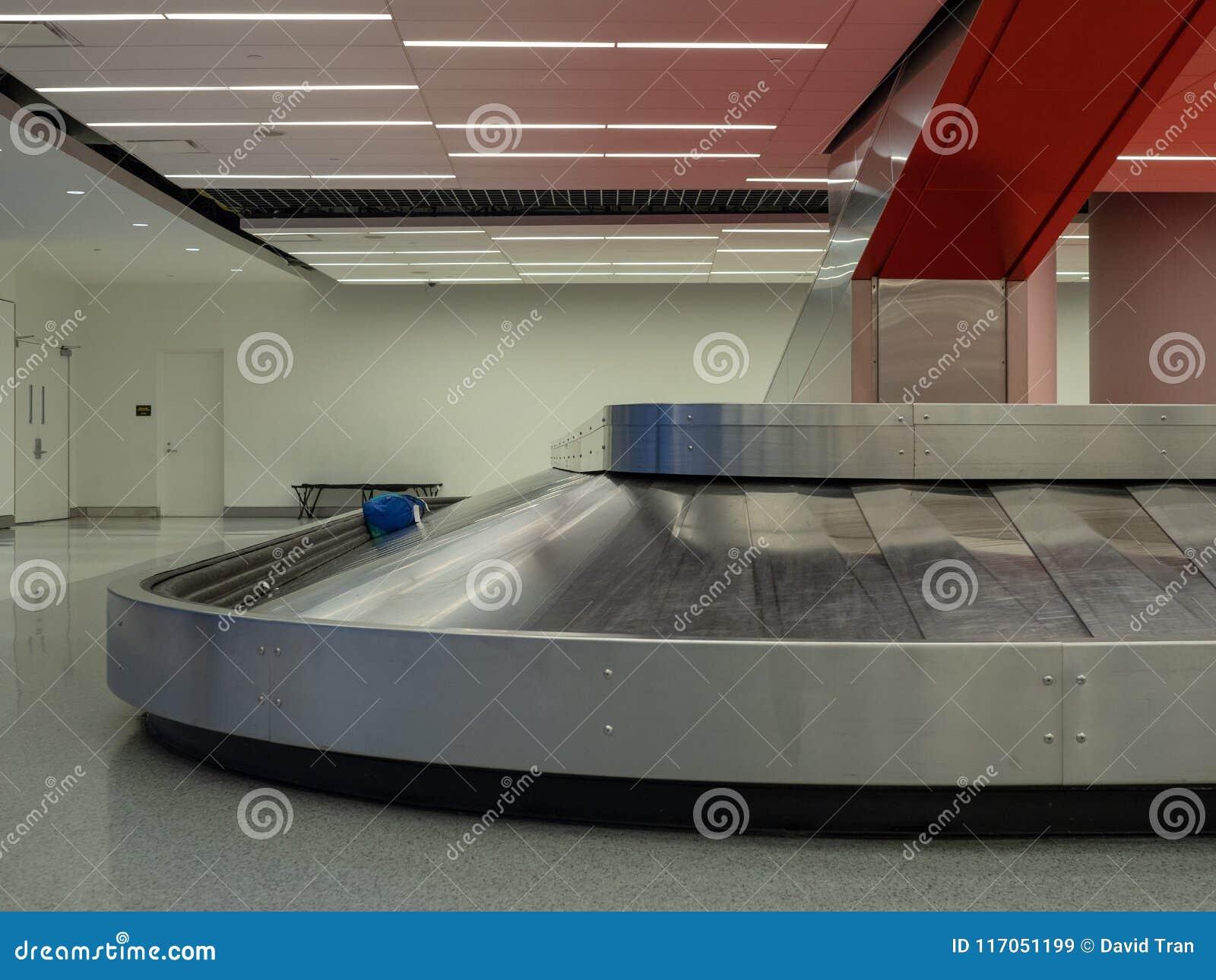 Bagagesammanträde på karusell för bagagereklamation i flygplats