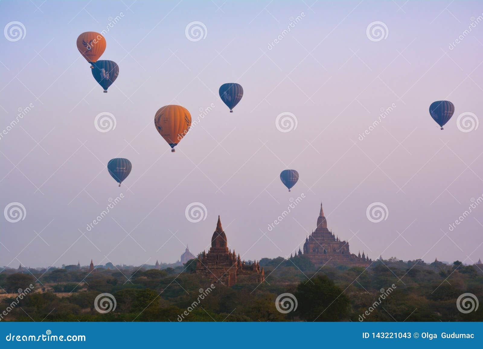 BAGAN, MYANMAR - 18 DE FEBRERO DE 2016: Vuelo impresionante en los globos de aire caliente sobre Bagan