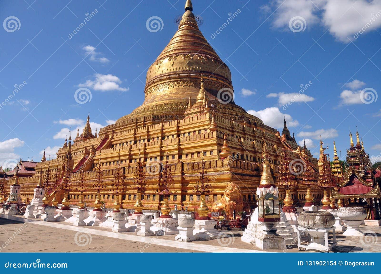 BAGAN, MYANMAR - 18 DE NOVIEMBRE DE 2015: Pagoda sagrada de Shwezigon Paya de oro, templo budista en vieja capital antigua en Bir