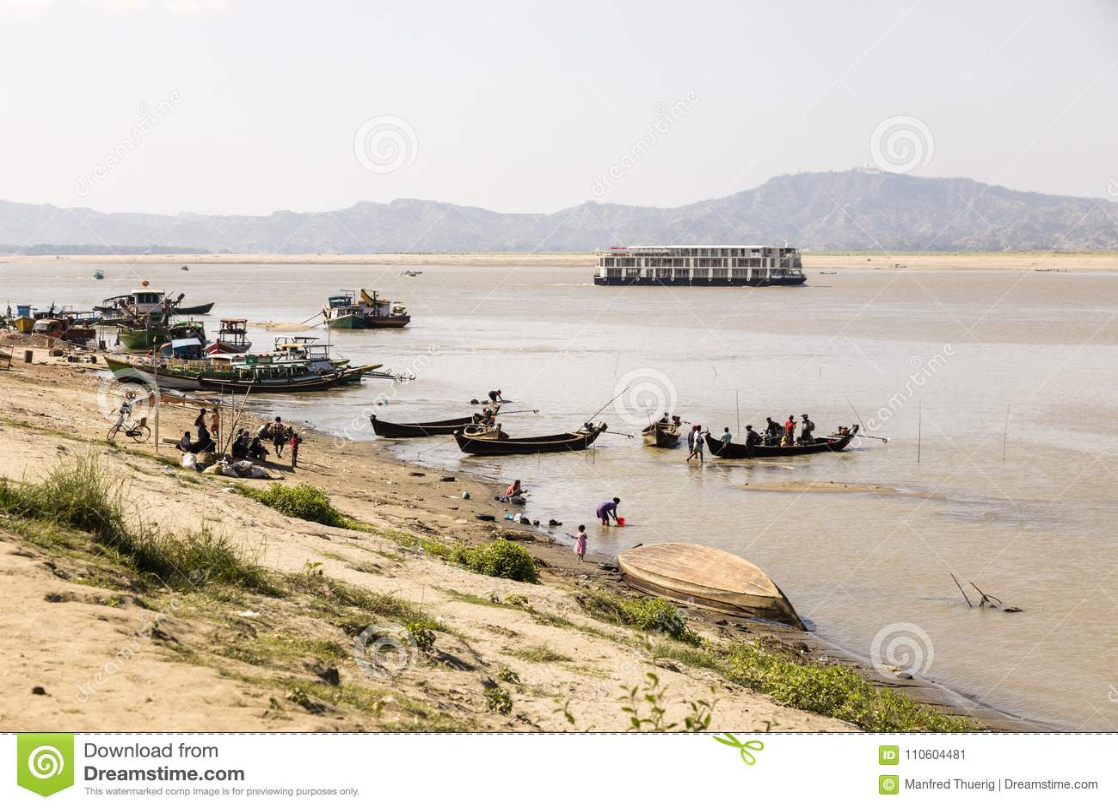 Bagan Myanmar, December 27 2017: Fartygbrygga av den irrawaddy floden