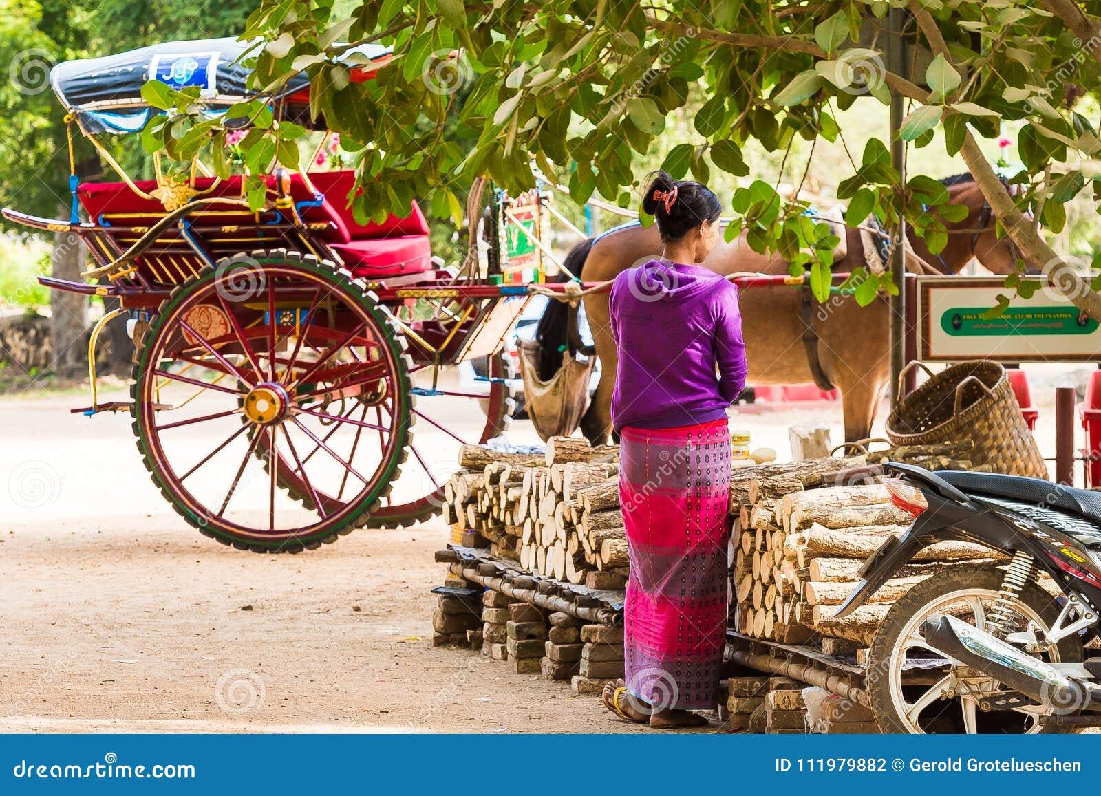 BAGAN MYANMAR - DECEMBER 1, 2016: Lagledaren på stadsgatan Kopiera utrymme för text