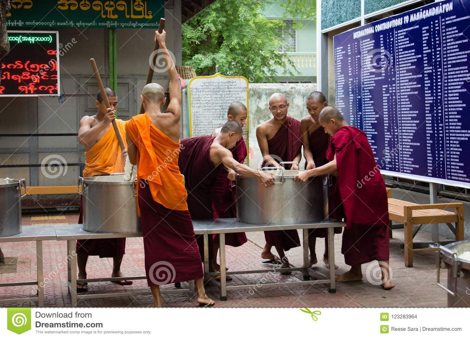 Bagan, Myanmar - 24 Juli 2014: De lokale Birmaanse monniken koken r