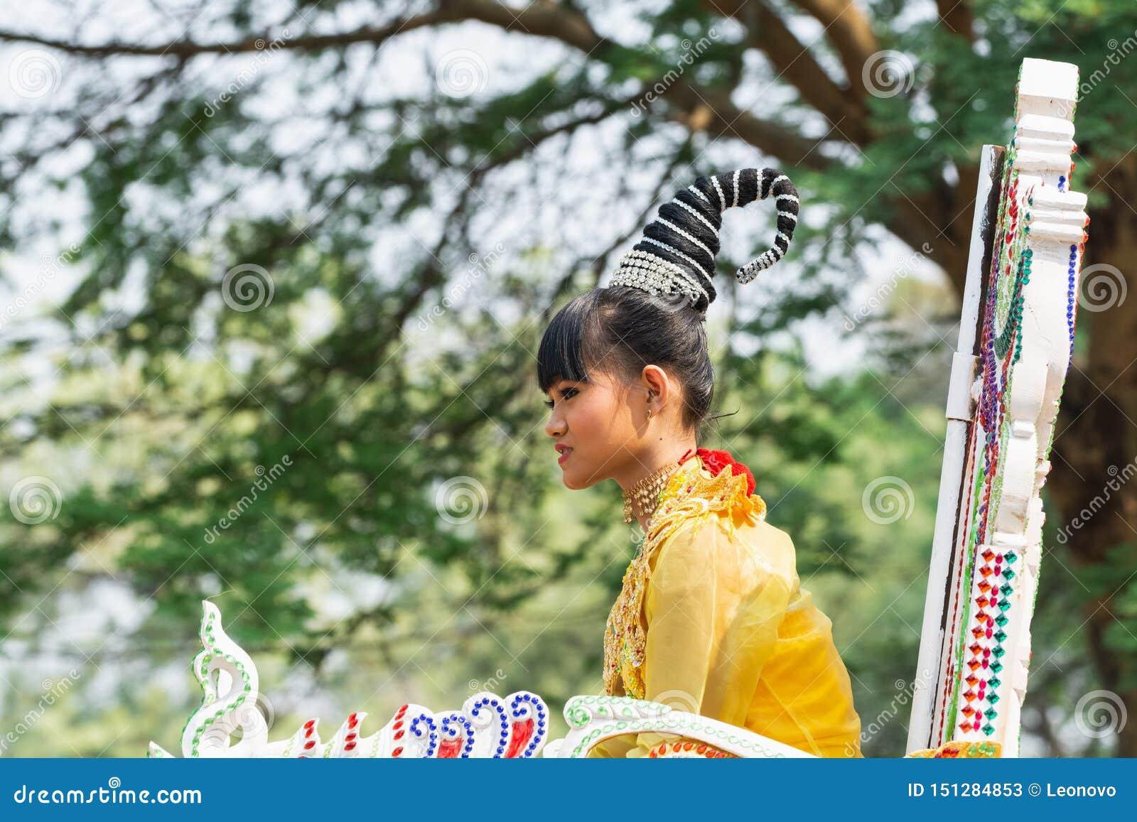 Bagan, Myanmar - Maart 2019: de initiatieceremonie van Shinbyu van de beginner Boeddhistische monnik in een dorp