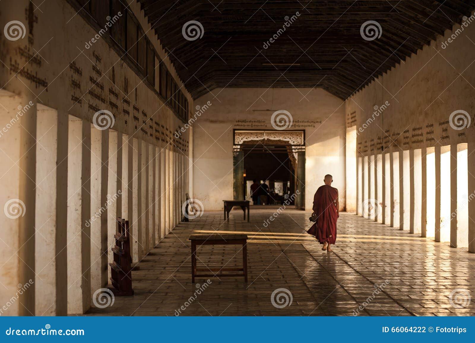 BAGAN, MYANMAR - MEI 3.2013: De niet geïdentificeerde gang van de Boeddhismebeginner