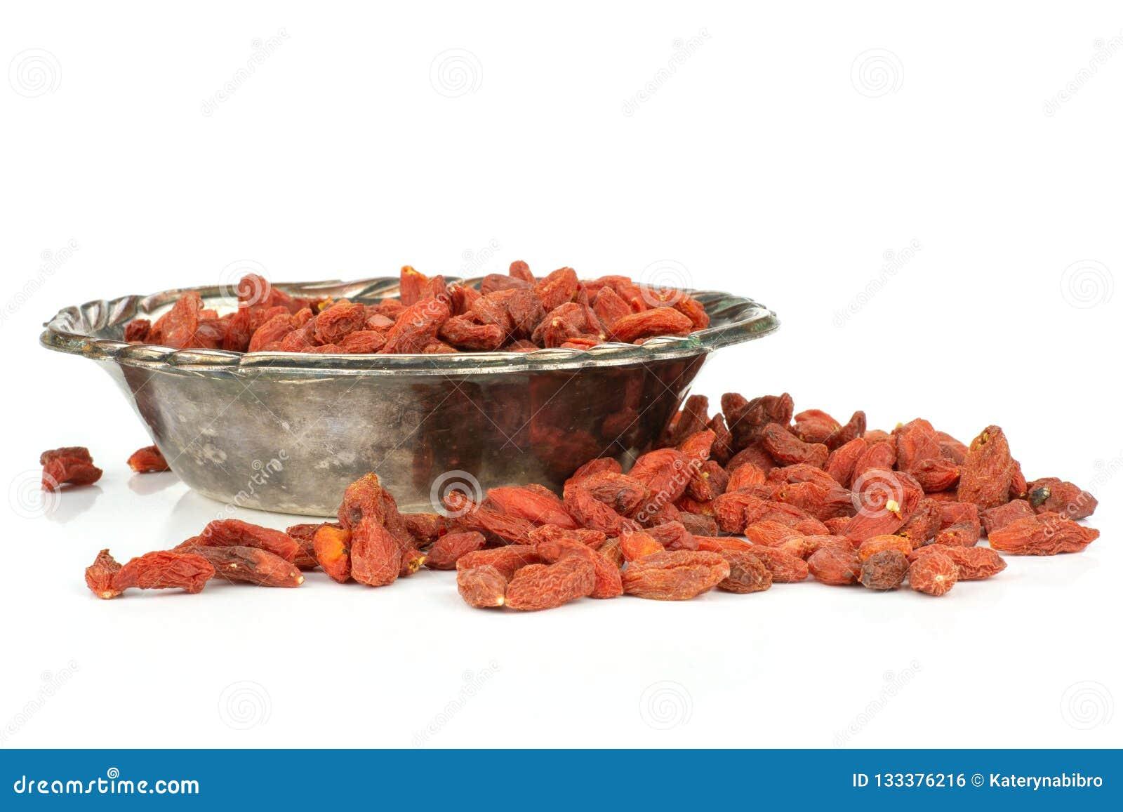 Bagas vermelhas secadas do goji isoladas no branco