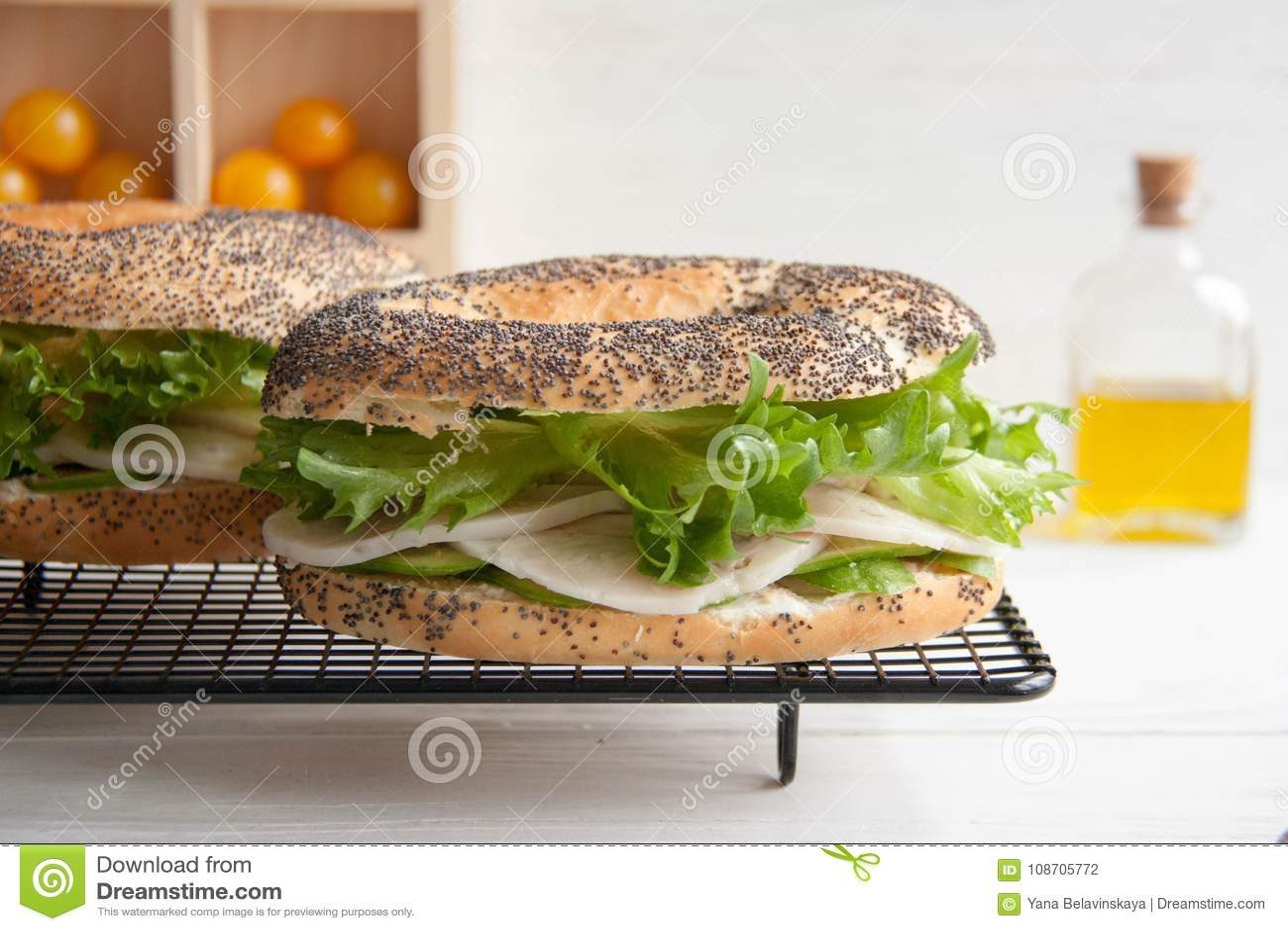Bagel avec le petit pain de poulet, le fromage de salade et fondu vert