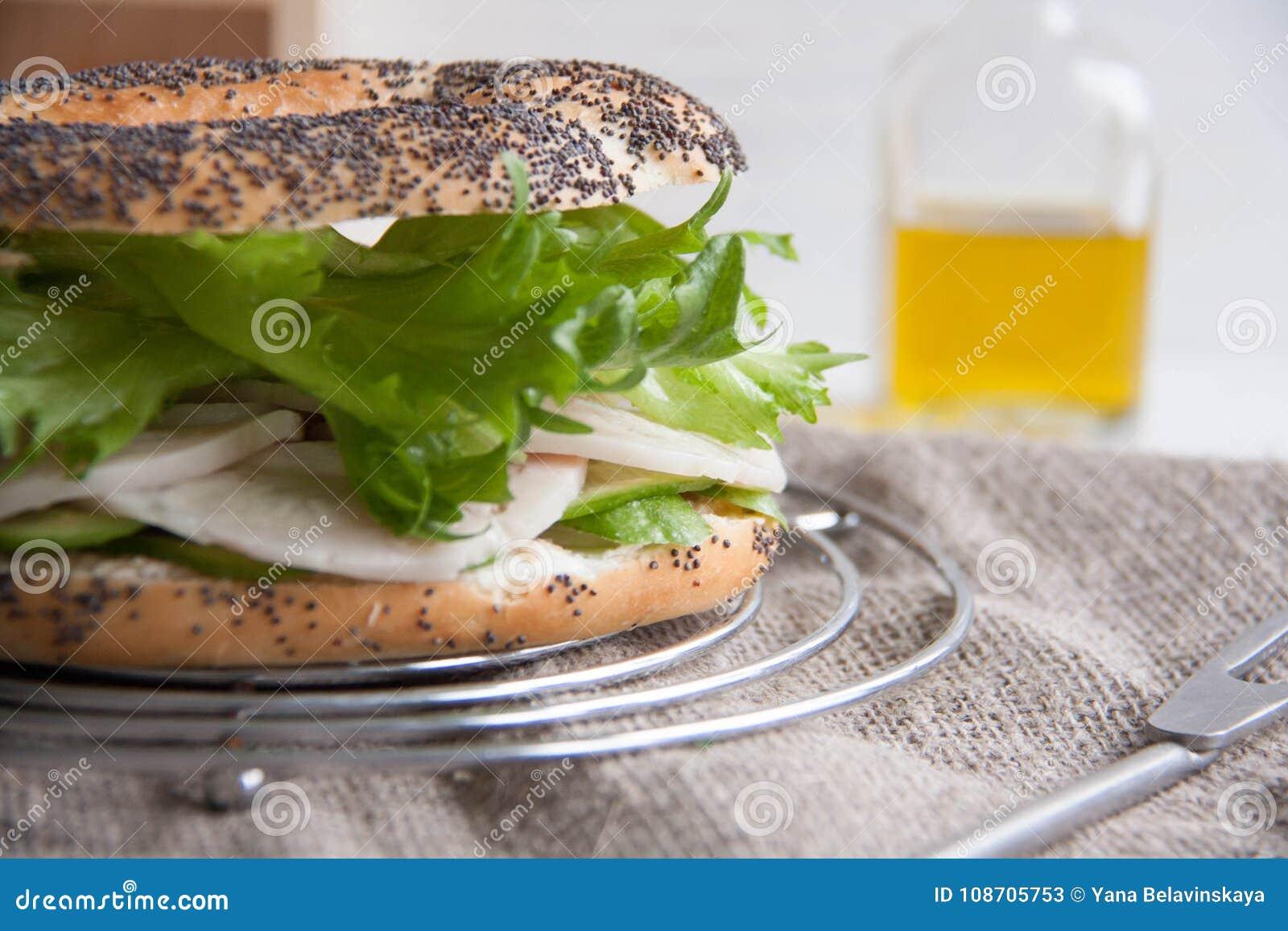 Bagel com rolo da galinha, salada verde e queijo creme