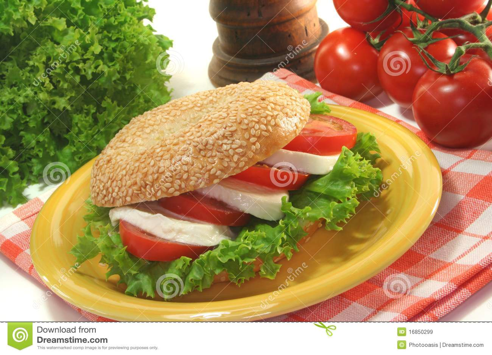 Bagel com tomates e mozzarella