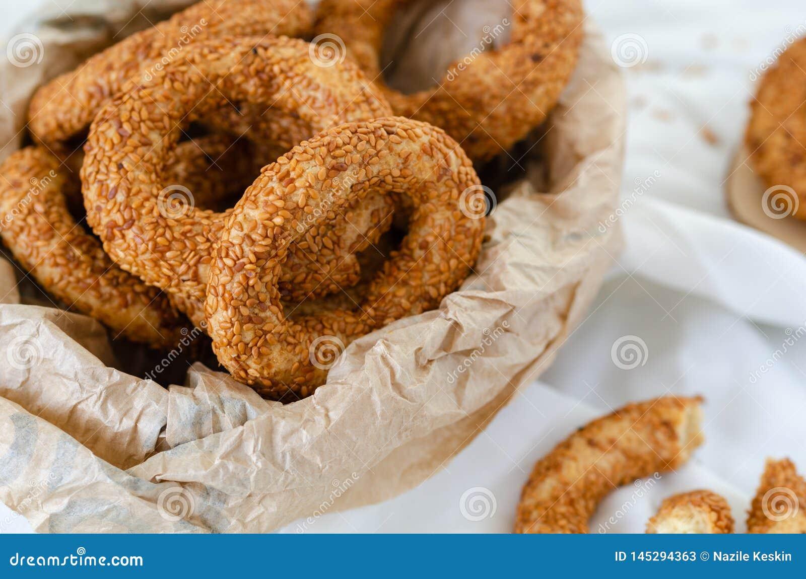 Bagel tradicional turco/Kandil Simidi Rolo Savory coberto com o simit do turco da semente de s?samo
