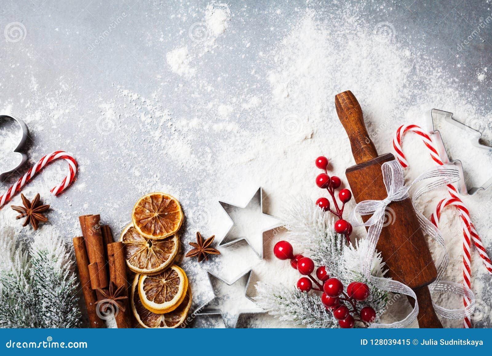Bageribakgrund för att laga mat jul som bakar med kavlen, spritt mjöl och kryddor, dekorerade med bästa sikt för granträd