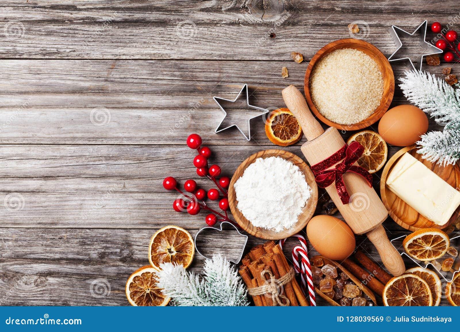 Bageribakgrund med ingredienser för att laga mat att baka för jul dekorerade med granträdet Mjöl, farin, ägg och kryddor
