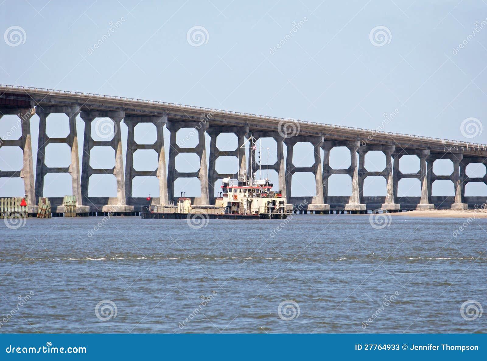 Bagger durch Brücke