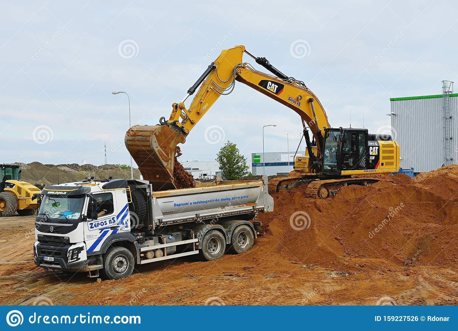 bagger graben und laden die ausgrabungen auf lkw