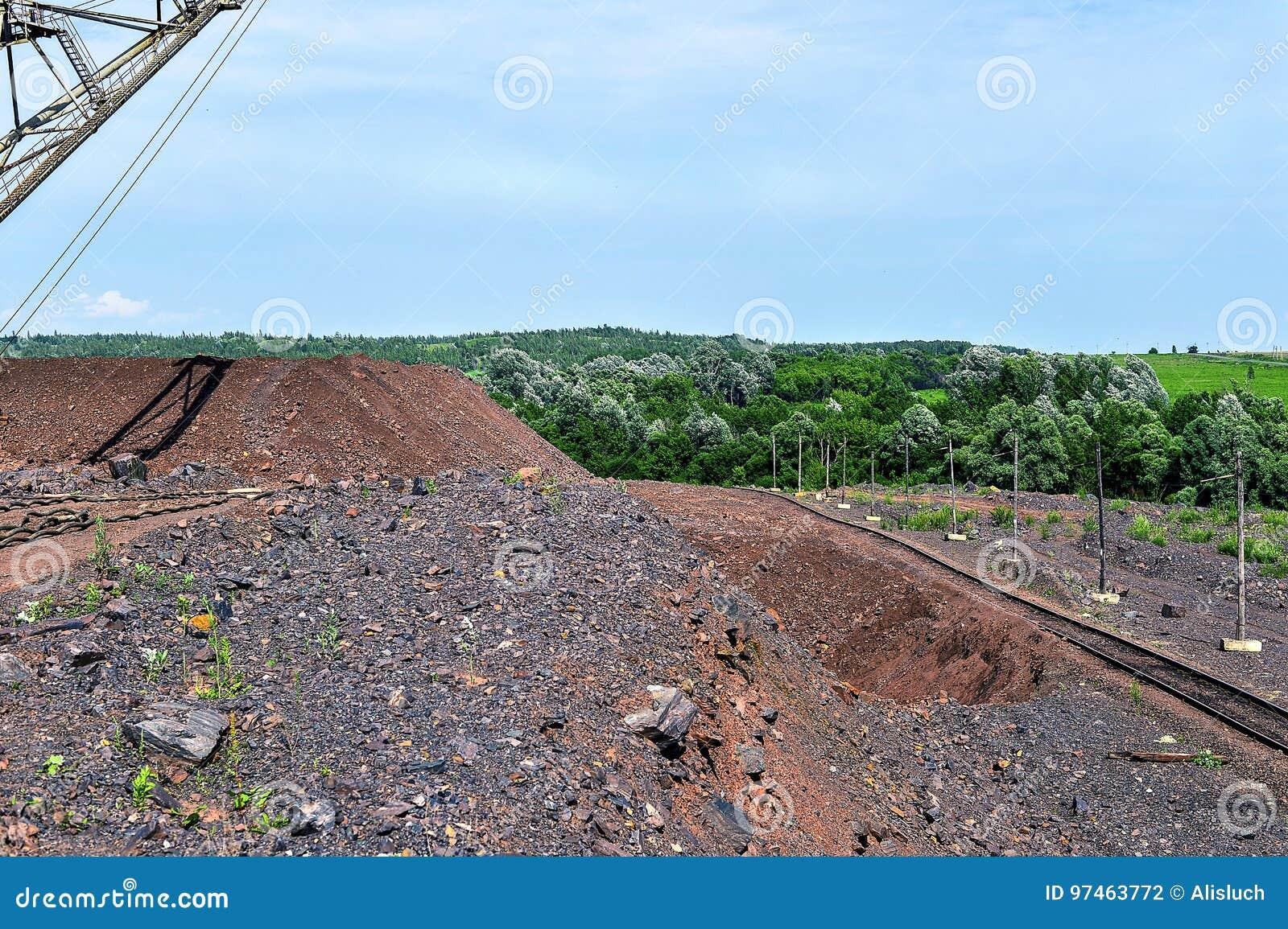 Baggermaschine bei der weltbewegenden Arbeit der Aushöhlung im Steinbruch