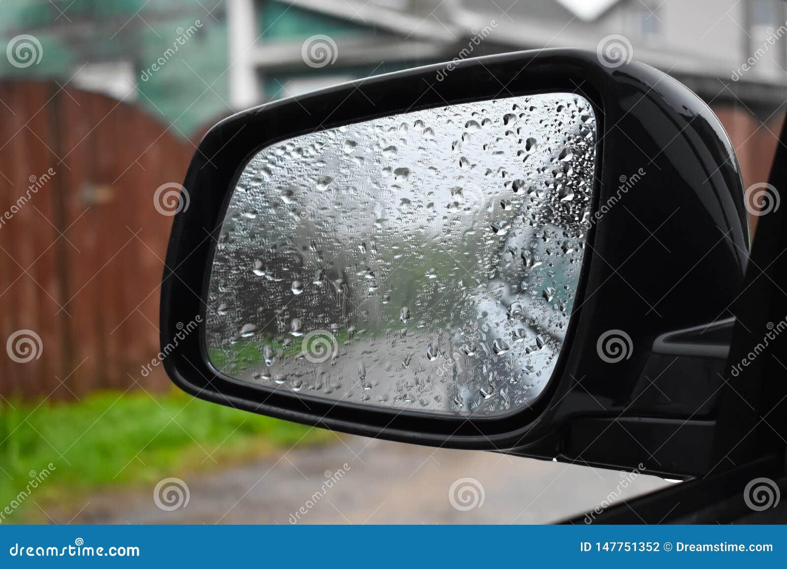 Bagni dalla pioggia lo specchio della fine dell automobile su