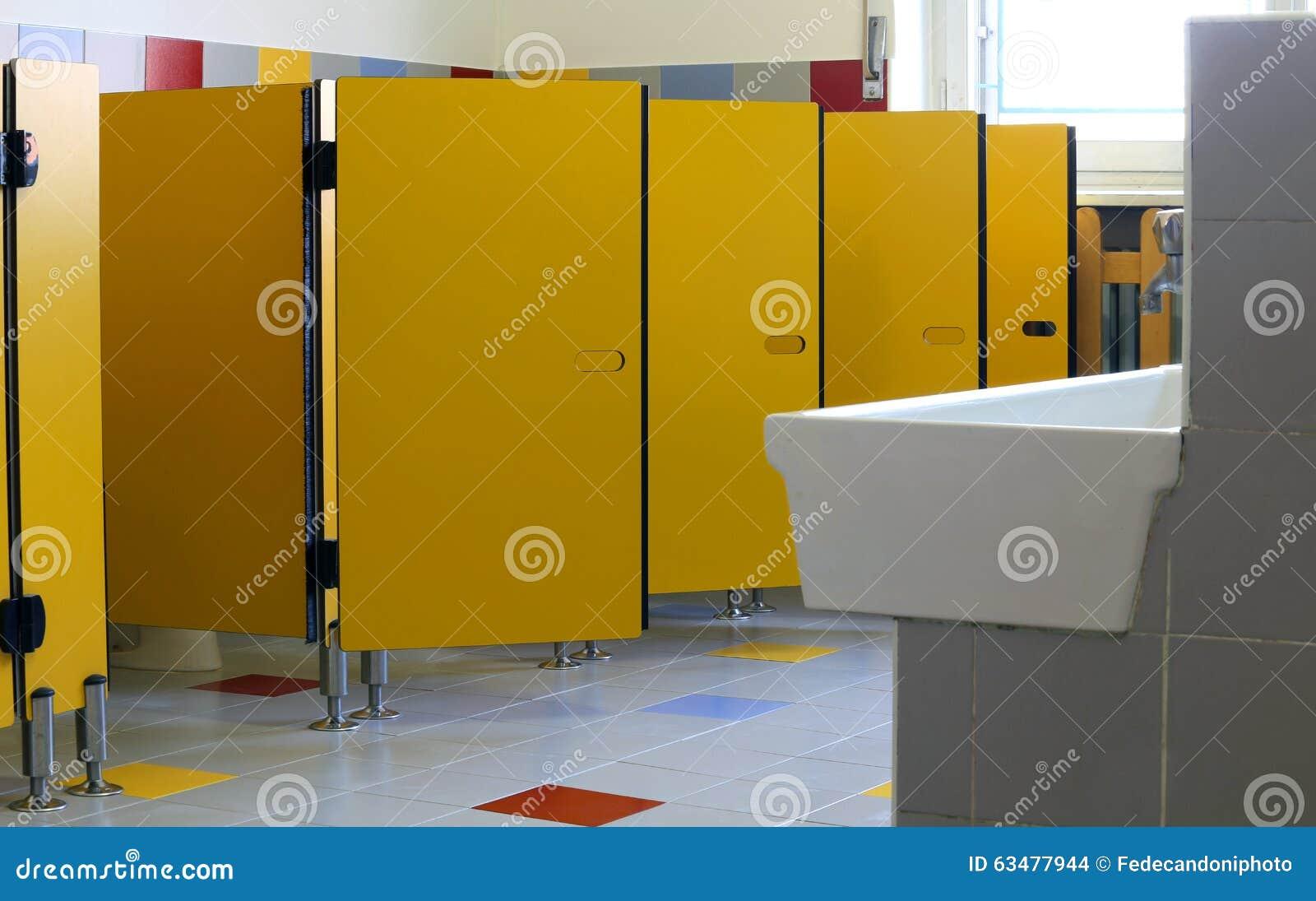 Bagni Della Scuola Materna Con Le Porte Gialle Delle