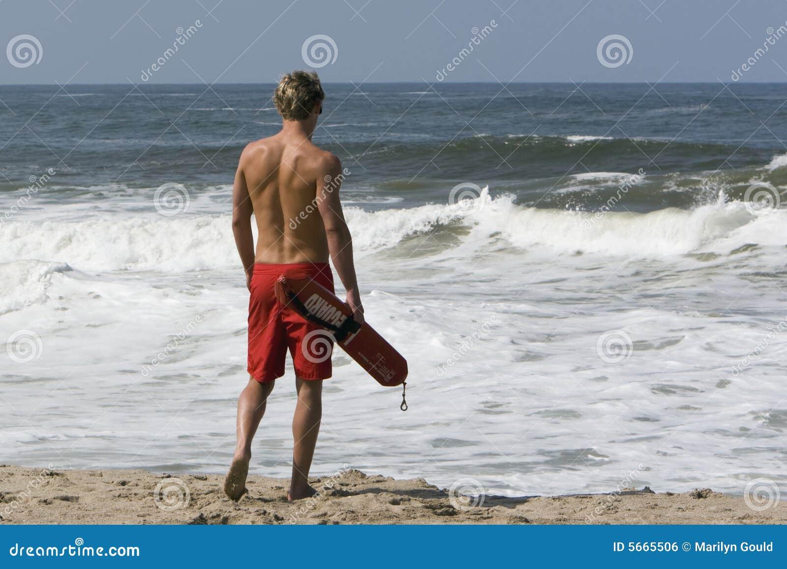 Bagnino che cammina verso l oceano