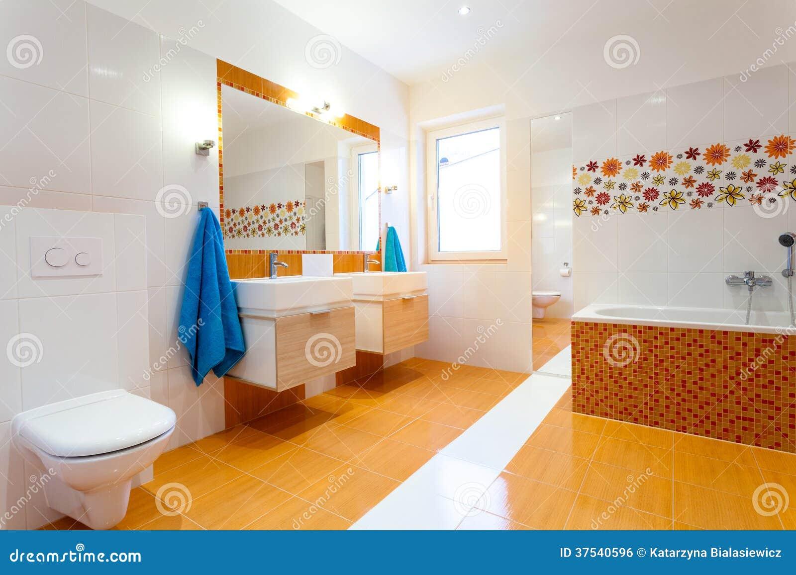 Bagni colorati top movimento drammatico in questo bagno moderno