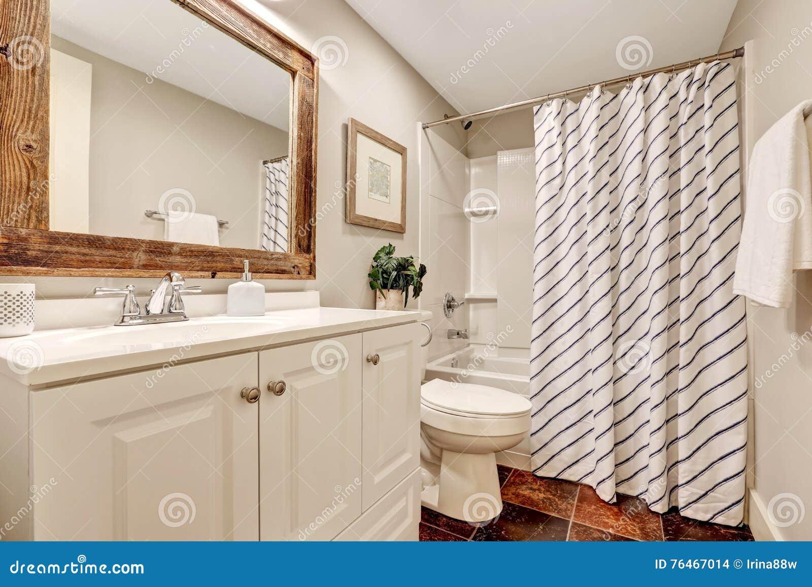 Bagno Bianco Con Il Gabinetto Di Vanita E Lo Specchio Incorniciato