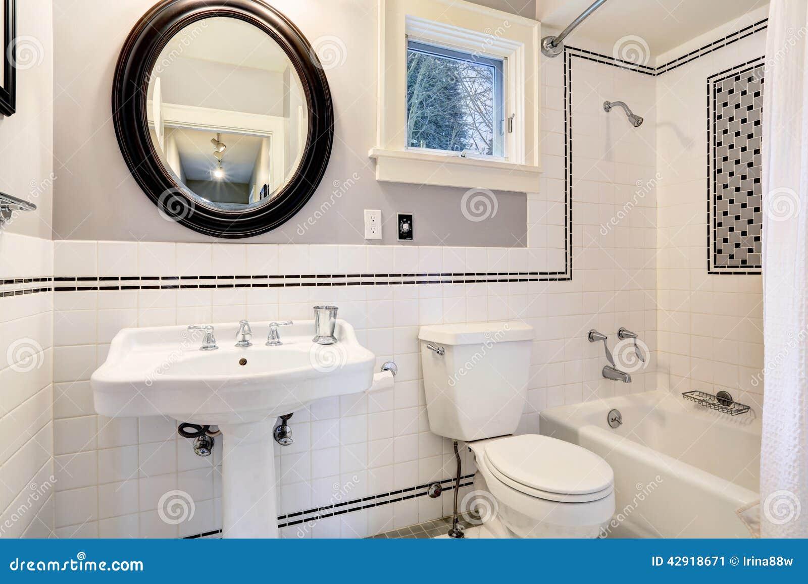 Bagno bianco con la disposizione della parete delle mattonelle immagine stock immagine di - Disposizione piastrelle bagno ...